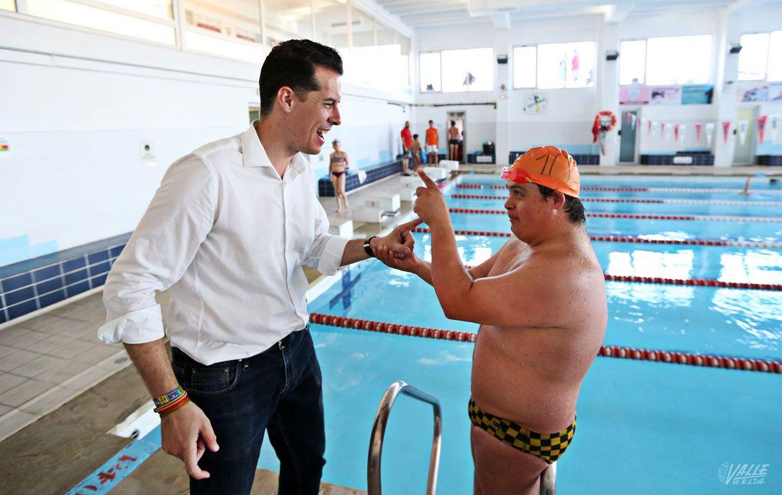 La piscina cubierta municipal pasar a llamarse nacho gil for Piscina municipal los cristianos
