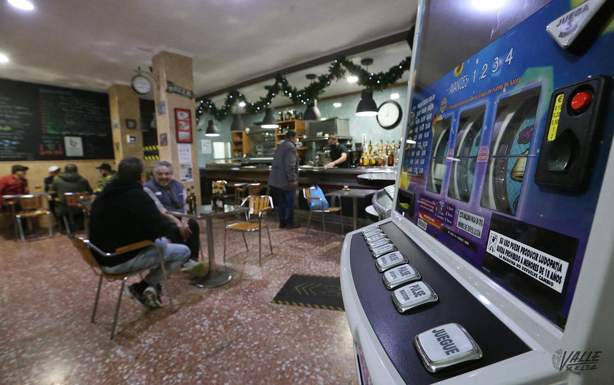 Sanidad prohíbe el uso de tragaperras y juegos de mesa en la hostelería de la Comunidad Valenciana por COVID-19